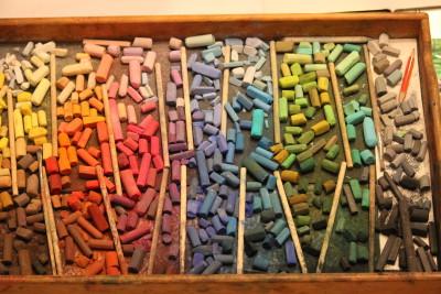 minu igapäevane pastellipalett suures puidust kandikus- sorteeritud hele-tumeduse ja toonide järgi, erinevate tootjate pastellid keiu kuresaar